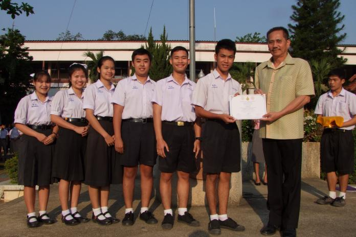 มอบเกียรติบัตรนักเรียนแกนนำโครงงานคุณธรรมเฉลิมพระเกียรติ
