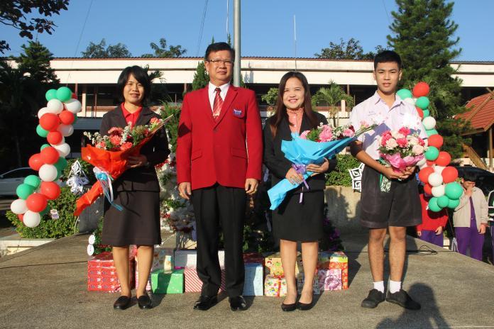 มอบช่อดอกไม้แสดงความยินดีกับครูและนักเรียน